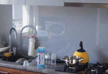 kuchnia nowoczesna na wymiar białe szafki wiszace