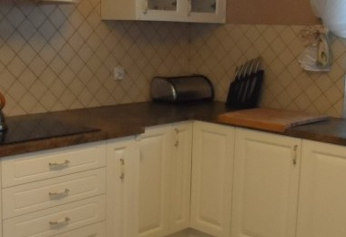 meble kuchenne z litego drewnia z okapem