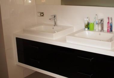 biała szafka pod umywalkę