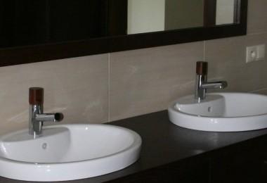 ciemne meble łazienkowe na zamówienie