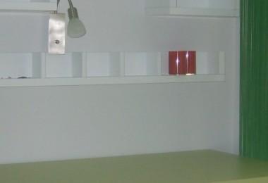 półki wiszące nad biurkiem młodzieżowym