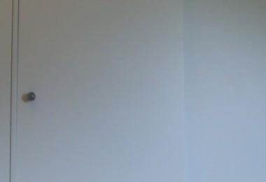 biała szafa z drzwiami przesuwnymi