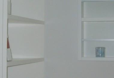 biała szafa z półkami na wymiar